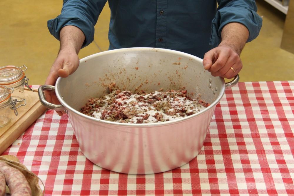 Faire le cochon ii le saucisson faire - Fabrication de saucisson sec maison ...